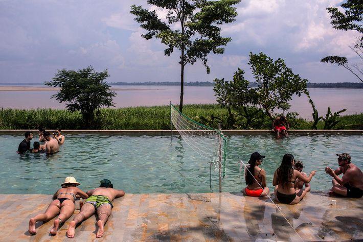 Hóspedes nadam no On Vacation Amazon, um resort colombiano do outro lado do rio de Puerto ...