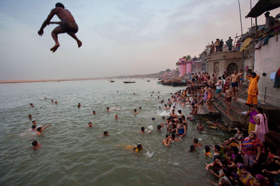 ÁSIA | Varanasi fica às margens do Rio Ganges e, segundo a crença hindu, foi criada ...