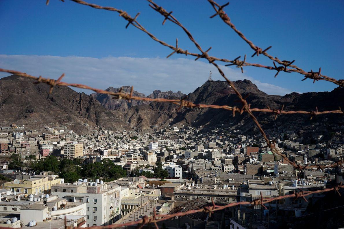 Arame farpado corta a vista pitoresca da cidade portuária de Aden, no Iêmen. Depois de a ...