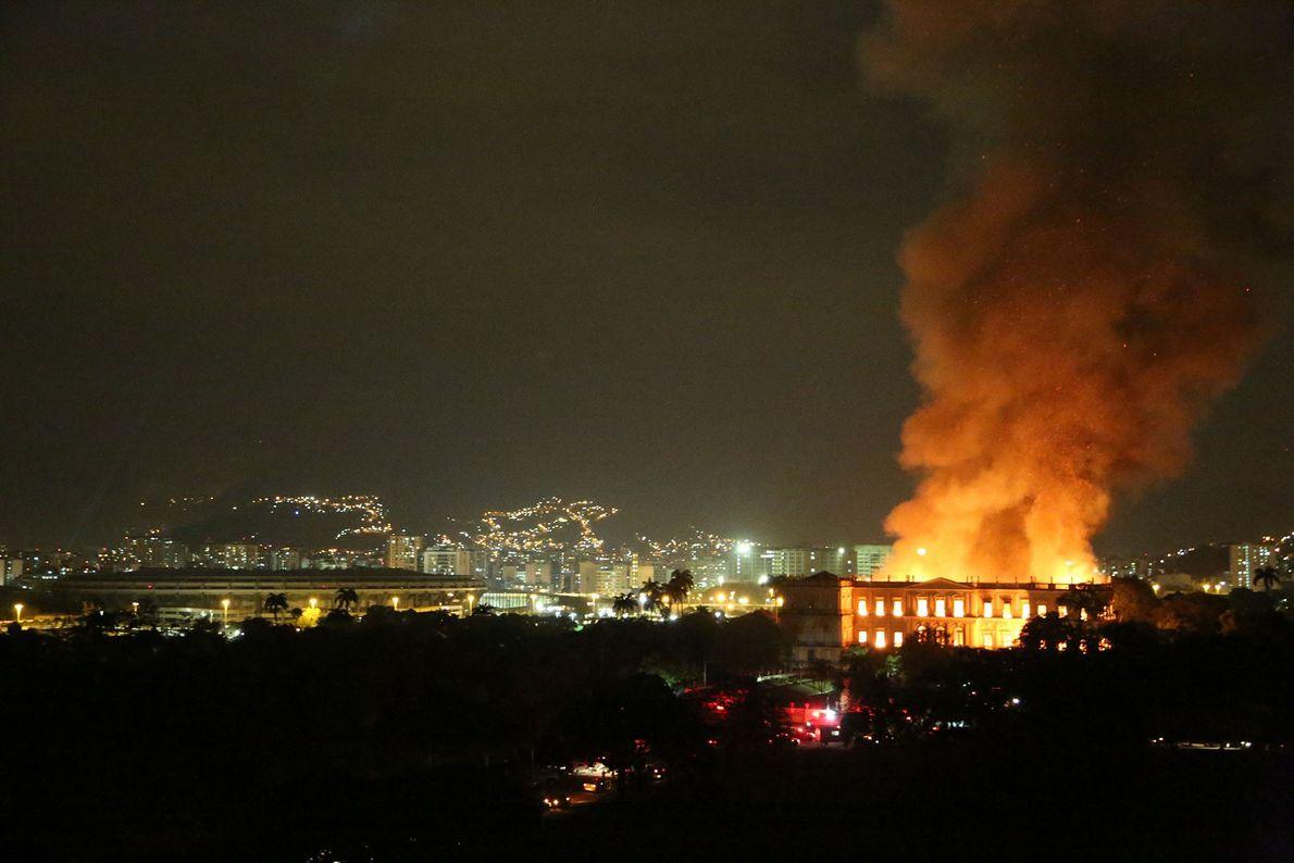 O Museu Nacional brilha como uma tocha ao lado do estádio Maracanã e na frente da ...