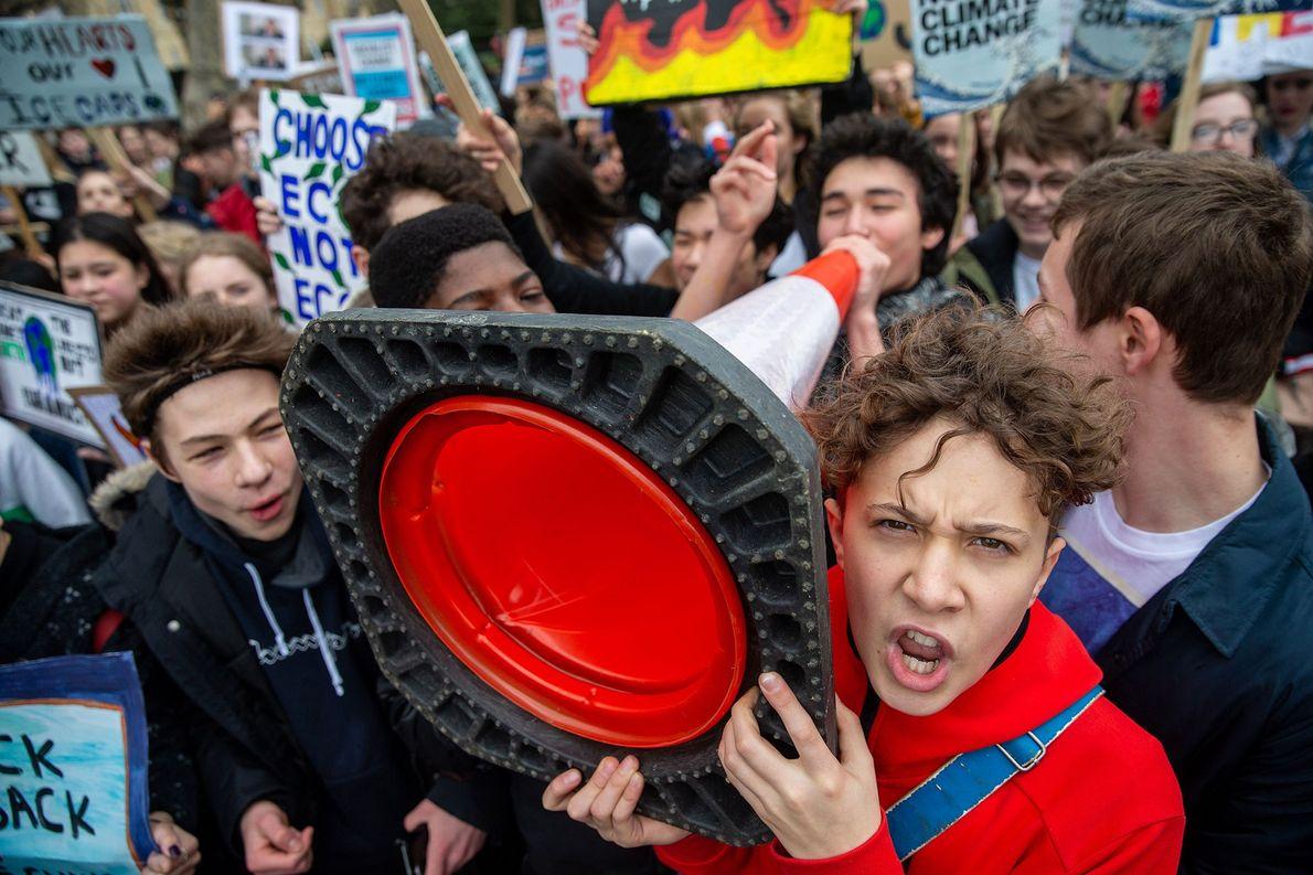 Outros estudantes em Londres se reuniram em frente ao Palácio de Buckingham, exigindo que os oficiais ...