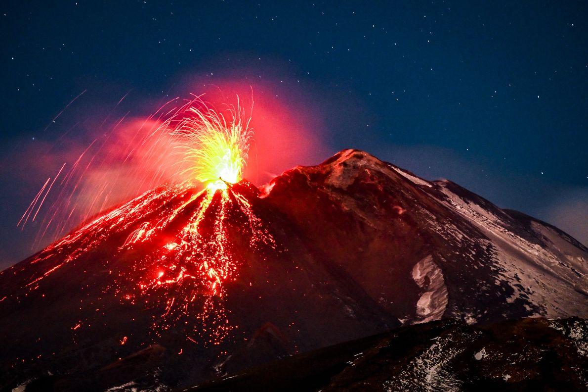 O Monte Etna, na Itália, é o maior vulcão ativo da Europa e frequentemente é manchete ...