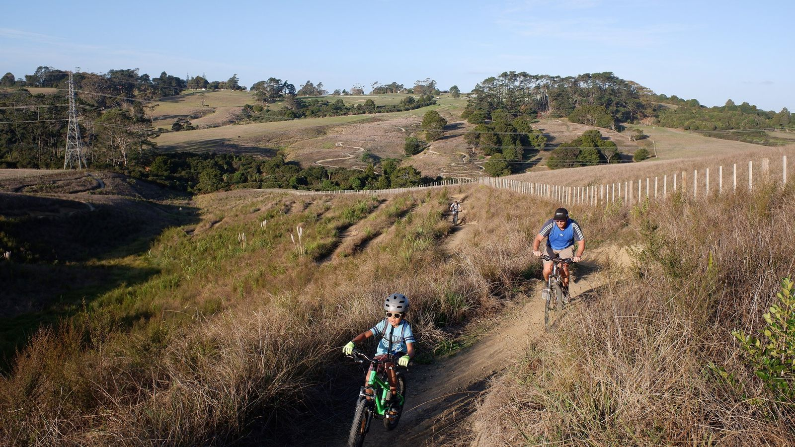 Ciclistas percorrem as trilhas do parque Totara, no sul de Auckland, na Nova Zelândia, depois que ...