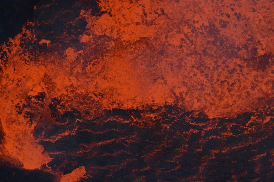 Agitação da lava em um dos lagos do Ambrym antes da erupção de 2018. Os lagos ...