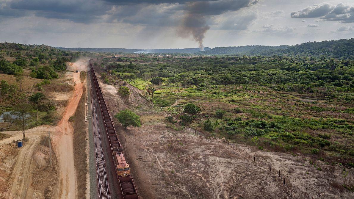 Trens com quilômetros de extensão lotados com minério de ferro passam trepidam pelas comunidades indígenas de ...