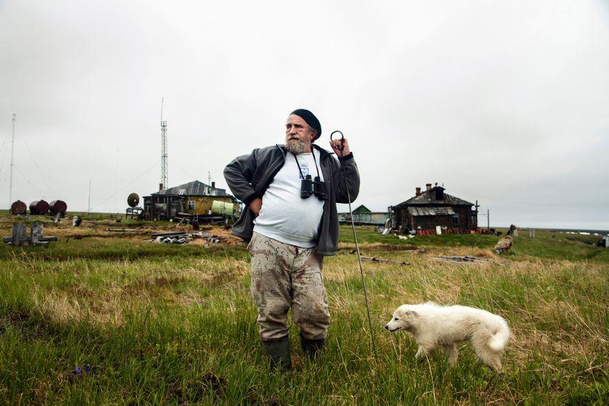 O cientista Sergey Zimov contempla o oceano Ártico em uma estação de pesquisa a pouco mais de 100 quilômetros de sua casa em Cherskiy, na Rússia. Zimov usa a haste metálica em sua mão para testar rapidamente a profundidade do solo congelado.