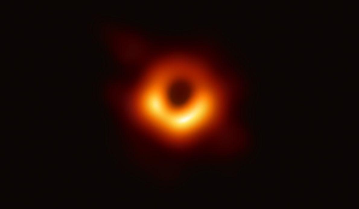 """Em 10 de abril, o telescópio """"Event Horizon Telescope"""" fez história ao revelar a primeira imagem ..."""
