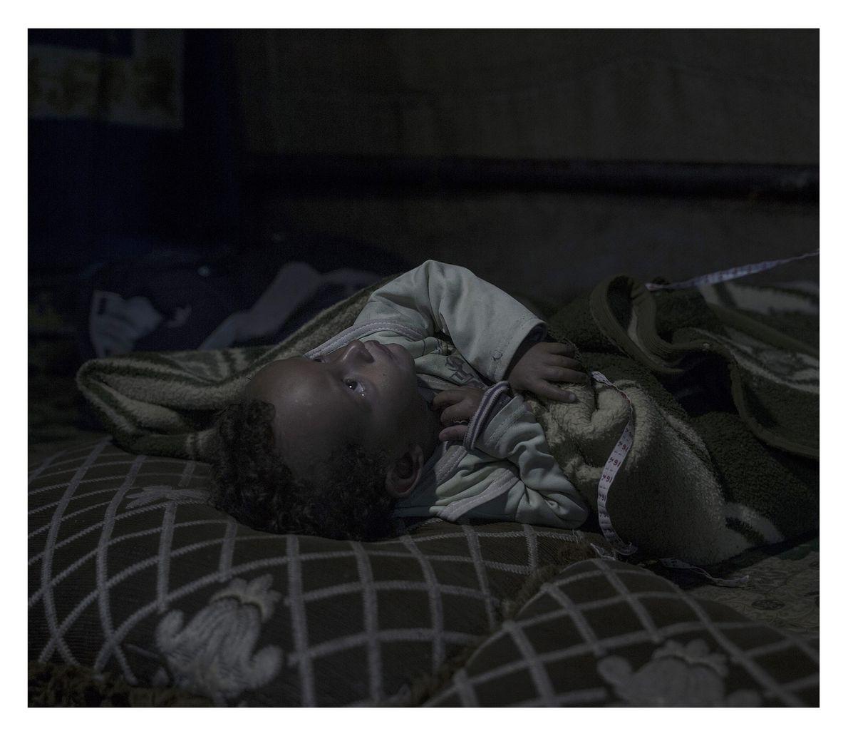 bebe refugiado dormindo em cama