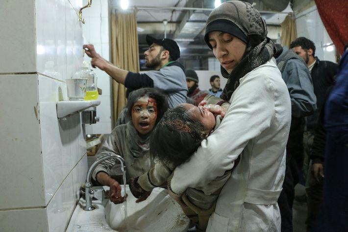 Inspirada por sua atuação como médica durante o cerco em Ghouta Oriental, Ballour criou uma fundação ...