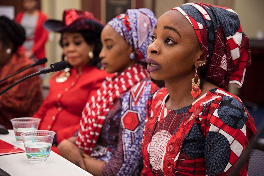 """Hauwa conta sua história a membros da Câmara dos Deputados dos Estados Unidos em um evento organizado pela congressista da Flórida Frederica Wilson. As meninas ficaram agradecidas pelo tempo com os legisladores. """"Ninguém prestou atenção às nossas histórias em nosso país"""", diz a ex-prisioneira."""