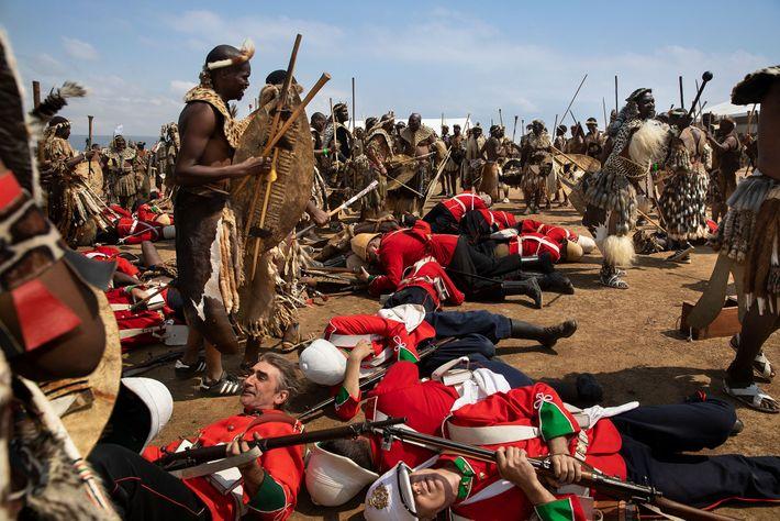 Um grupo revive a Batalha de IsandIwana, o primeiro encontro de grandes proporções da Guerra Anglo-Zulu ...