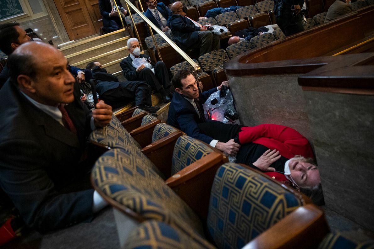 O deputado pelo estado do Colorado Jason Crow tenta acalmar a deputada Susan Wild, da Pensilvânia, ...