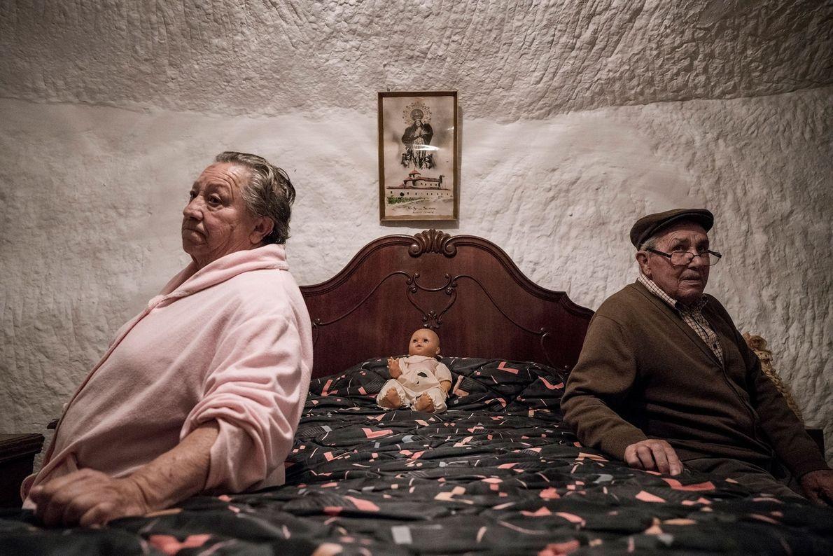 Piedad Mezco e Antonio Ortiz moraram a vida inteira nas cavernas de Guadix. Ambos nasceram dentro ...