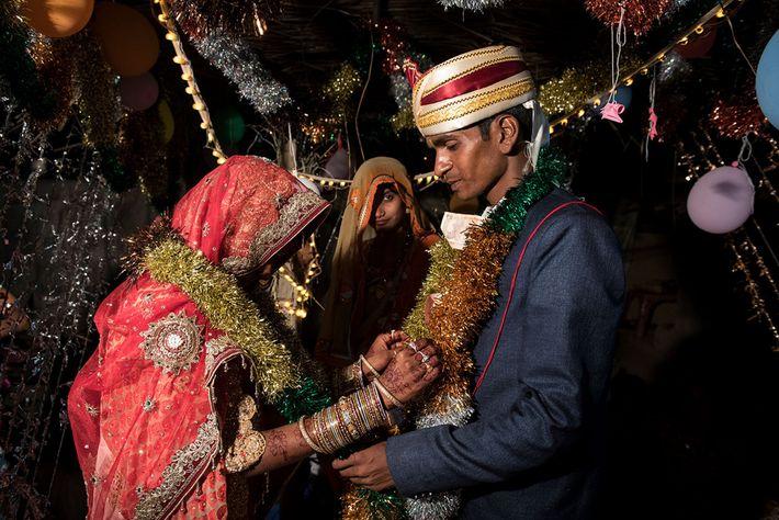 Muskaan e Raju trocam guirlandas durante a cerimônia de casamento.