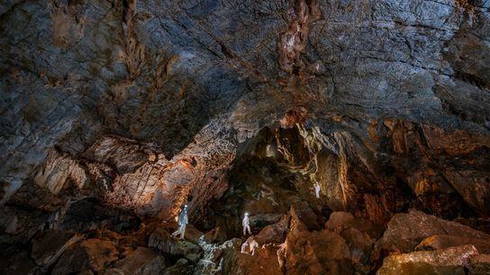 Pesquisadores na Caverna Chiquihuite usam equipamentos de proteção para não contaminar com o DNA moderno as ...