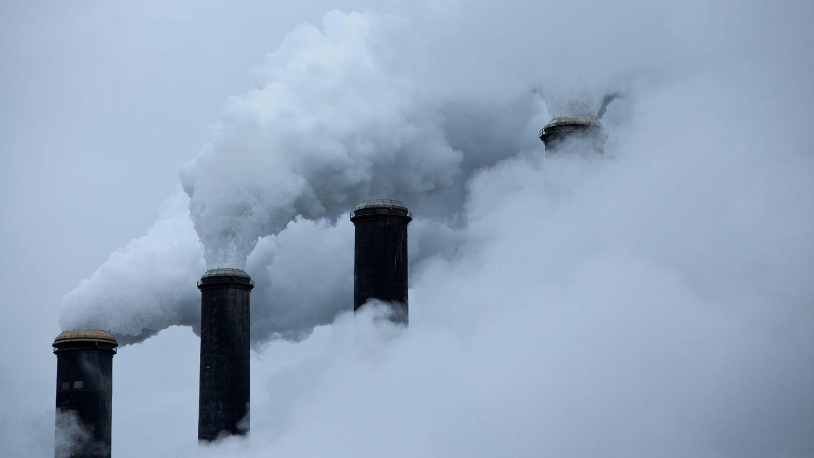 A fumaça da queima de carvão toma a atmosfera. Da reportagem da National Geographic de outubro ...
