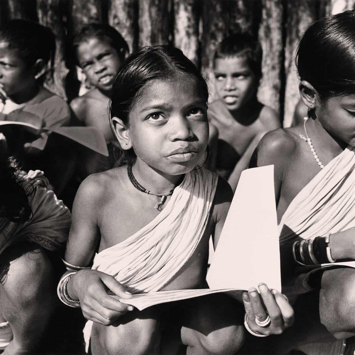 Dickey e Tony Chapelle viajaram o mundo documentando os esforços de agências humanitárias que tinham como ...