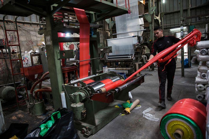 Uma fábrica de reciclagem de plásticos em Beit Hanoun, Gaza.