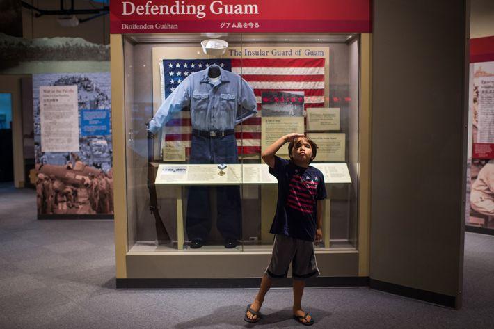 Gianni Que, 7 anos, acena para sua mãe, Genesa, durante uma visita ao Museu do Parque ...