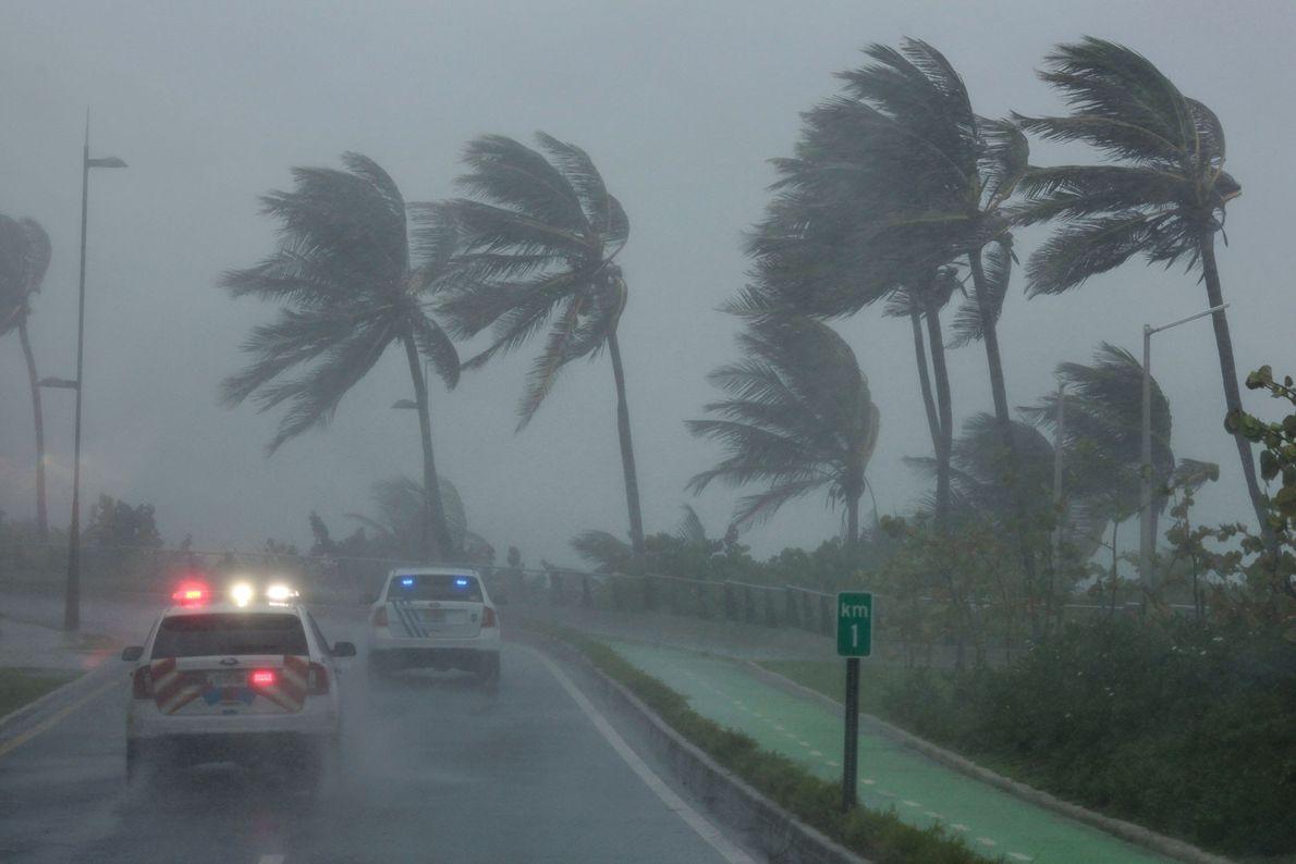 A polícia patrulha a área enquanto o furacão Irma atravessa ilhas em San Juan, em Porto ...