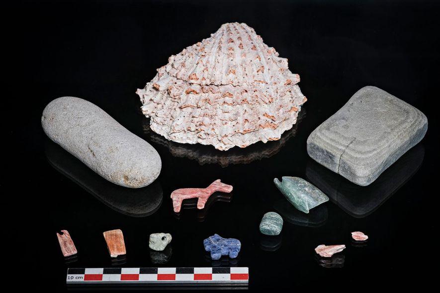 A concha Spondylus, no centro, era um objeto precioso no estado de Tiwanaku e um exemplo ...