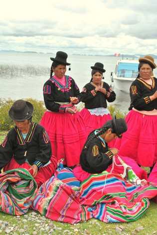 Mais de 20 mulheres peruanas, algumas ex-caçadoras ilegais, tricotam e vendem artesanatos inspirados nas rãs para ...