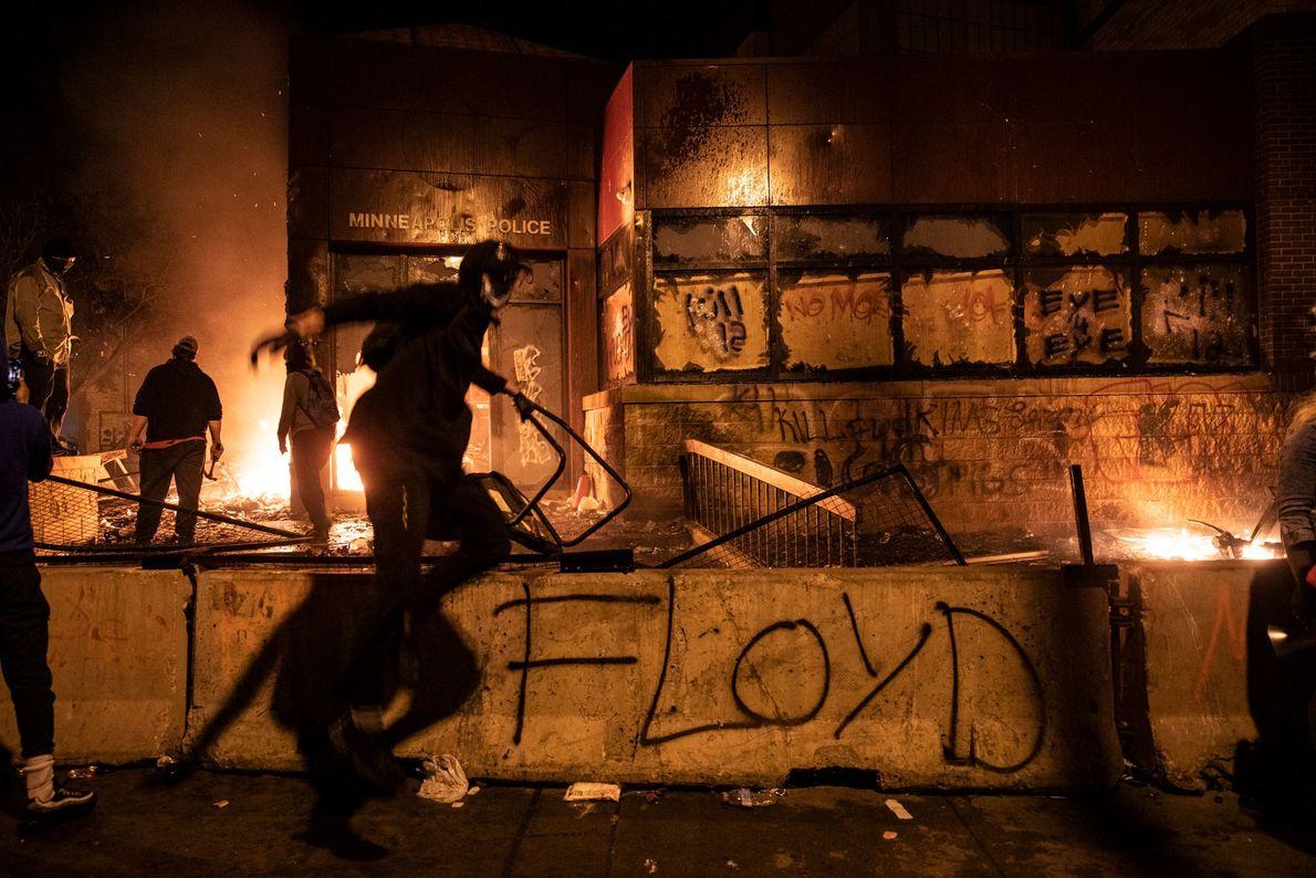 Manifestantes atearam fogo na 3ª Delegacia, em carros parados na rua e em prédios próximos na ...