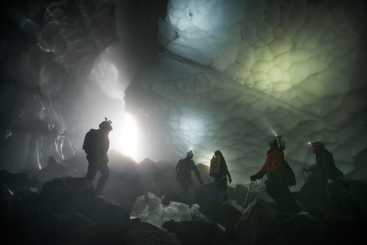 Exploradores admiram a vastidão inesperada da Caverna de Fenda pela primeira vez.