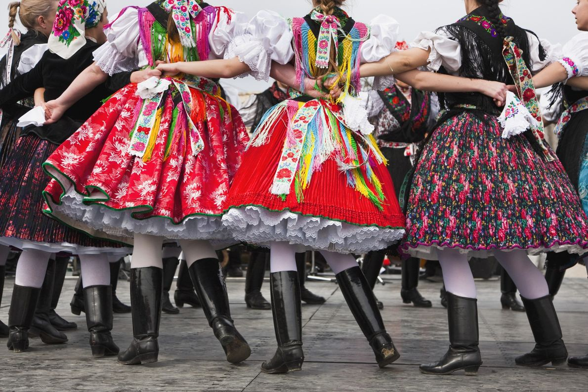 Trilha Azul Nacional, Hungria No Patrimônio Mundial da UNESCO em Hollókő, na Hungria, os moradores celebram a ...