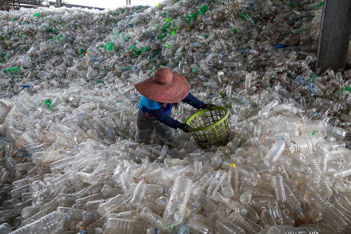 Mar de garrafas plásticas em um centro de reciclagem em Valenzuela, Filipinas.