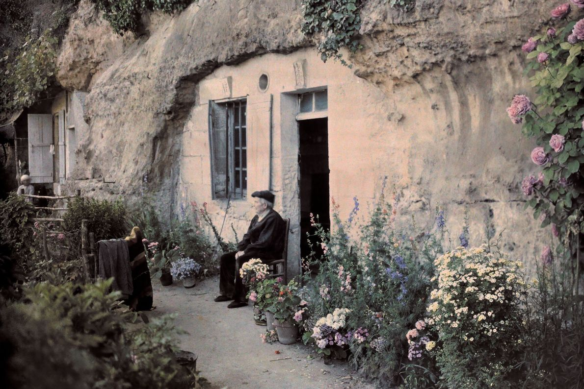 Um homem desfruta da vista de seu jardim às margens do rio Loire, perto de Tours, ...