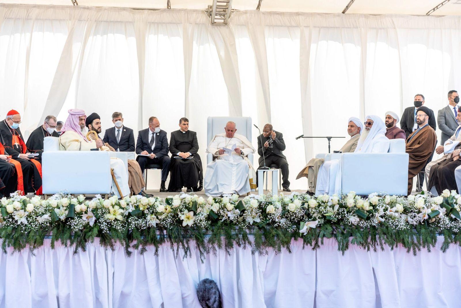 Papa Francisco se encontrou com líderes inter-religiosos no sábado, na antiga cidade de Ur, onde teria ...