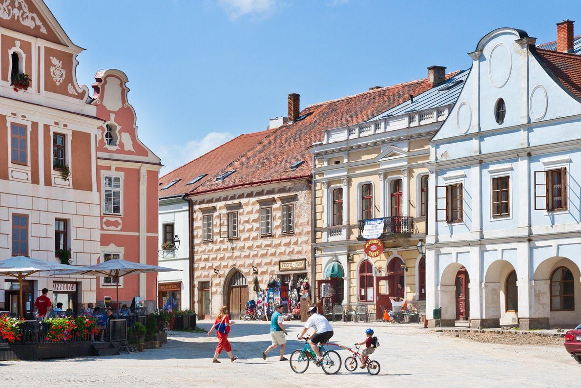 Telč, República Tcheca Na República Tcheca, a praça principal de Telč é contornada com casas renascentistas e ...