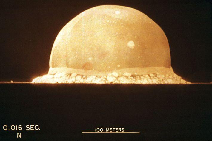 A Era Atômica havia se iniciado a 0,016 segundos quando uma câmera Fastax, que capturava 10 ...