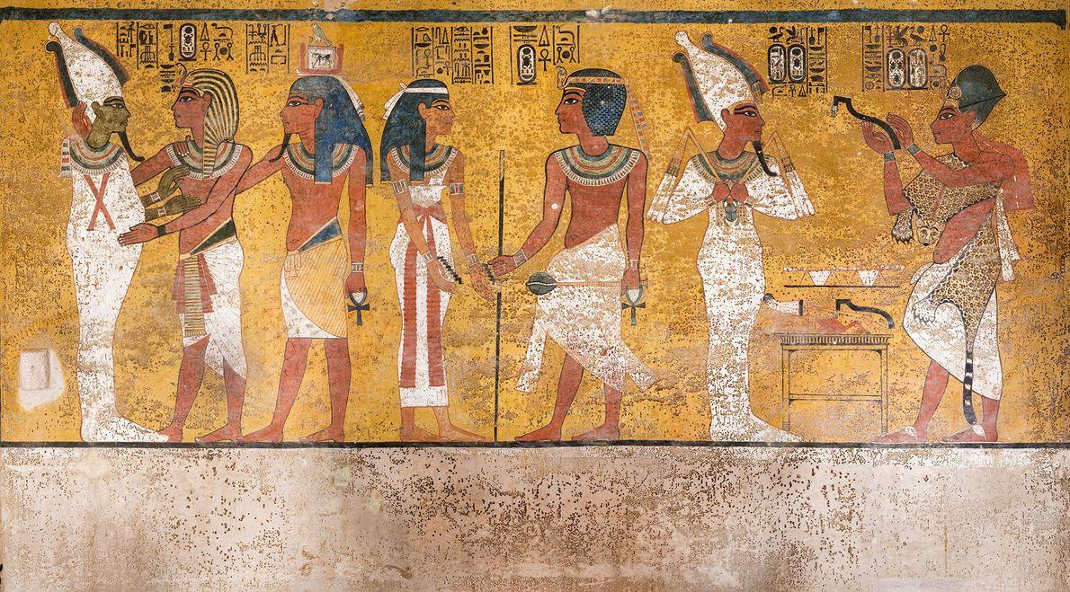 Cena da parede norte da câmara funerária de Tutancâmon apresenta manchas marrons nas pinturas que podem ...
