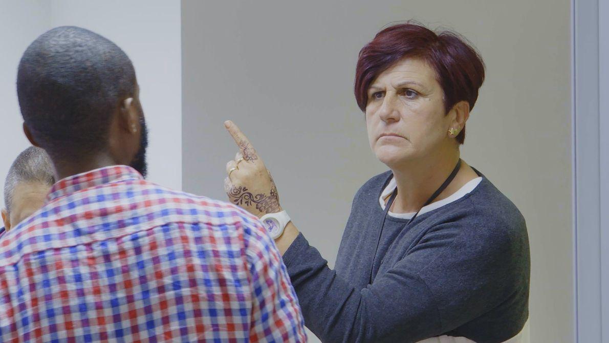 A policial parece brava, não é? Ela percebeu que a história que o homem conta não ...