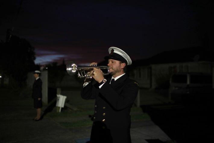 """O músico Orson Paine, da Orquestra da Marinha Real da Nova Zelândia, toca """"The Last Post"""" ..."""