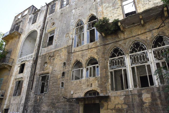 No bairro de Ashrafiyeh, janelas estilhaçadas e outros danos comprovam o poder da explosão, que causou ...