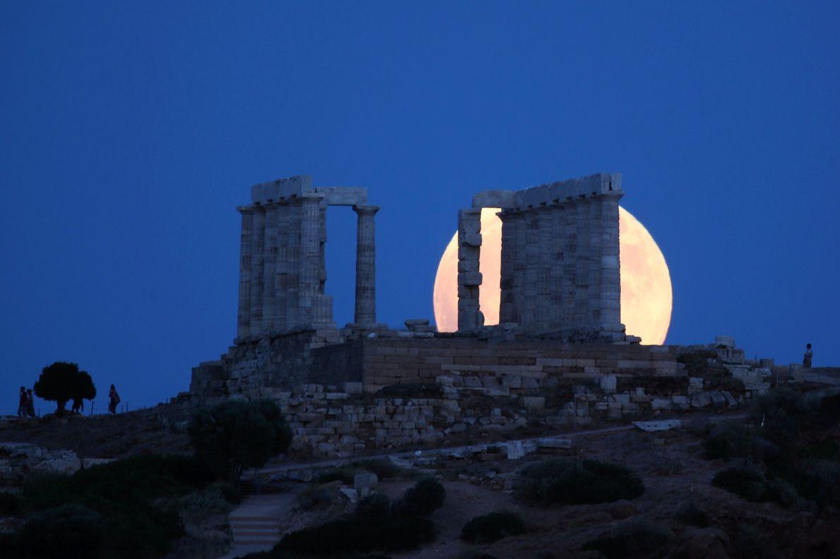 O Templo de Poseidon, em Cabo Sounio, Grécia, encobre a Lua Cheia logo antes do eclipse ...