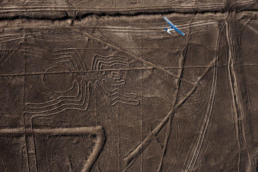 No deserto costeiro do sul do Peru, figurasgravadas na terra inspiraram a admiração dos viajantes aéreos ...