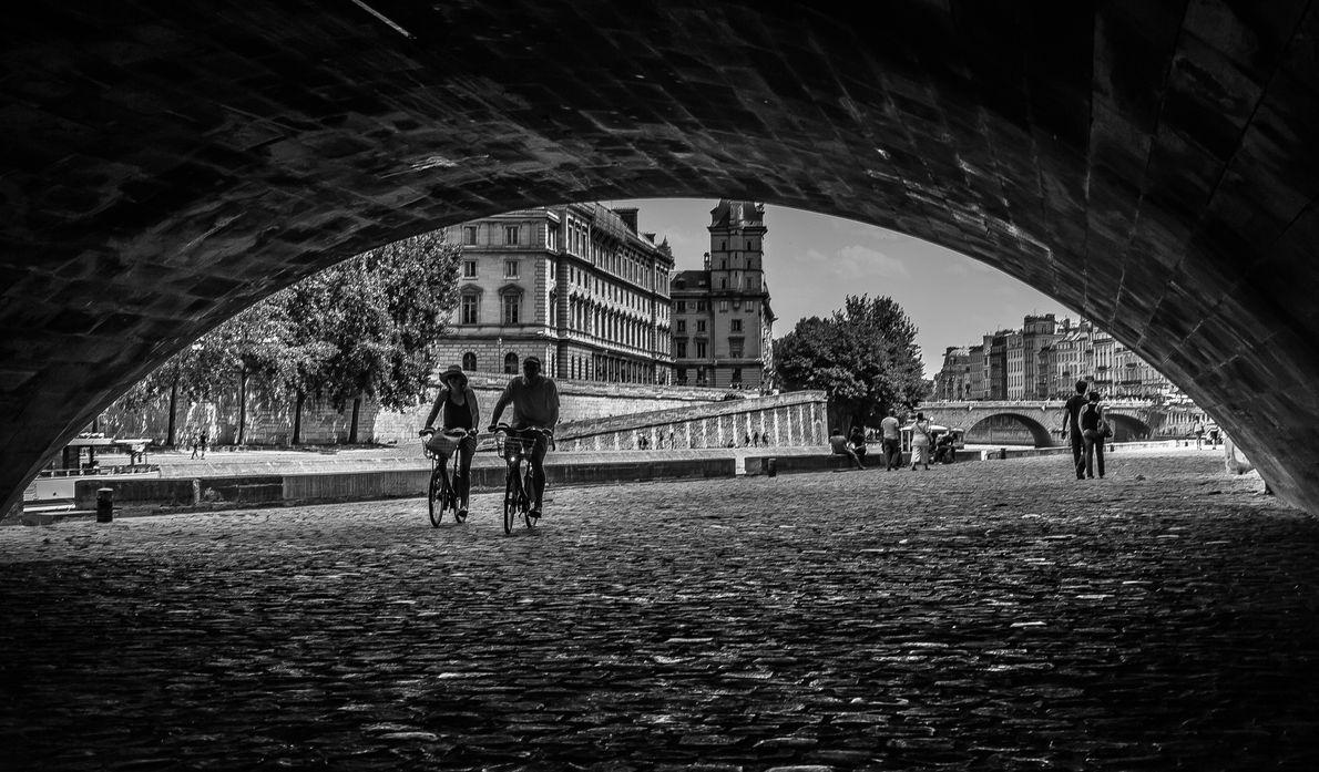 Circule de bicicleta pelos monumentos de Paris, começando na Place de l'Alma, onde é possível admirar ...