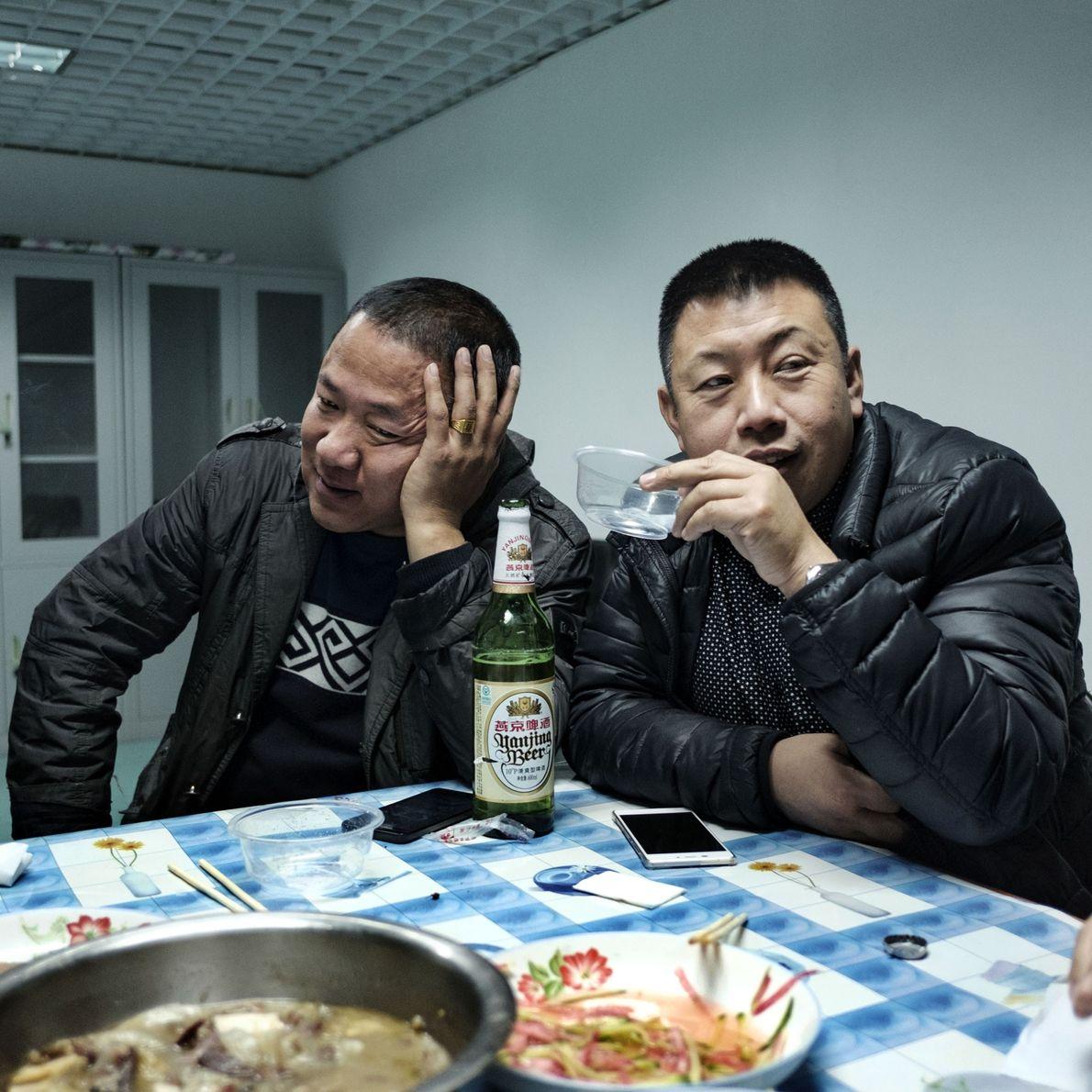 Yi, 39, e Ming, 41, bebem cerveja enquanto jantam no Sindicato Cultural e Artístico.