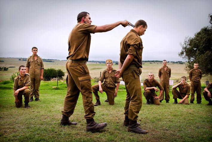 O grupo sobrevivencialista Kommandokorps, na África do Sul, organiza acampamentos durante feriados escolares para adolescentes africânderes ...