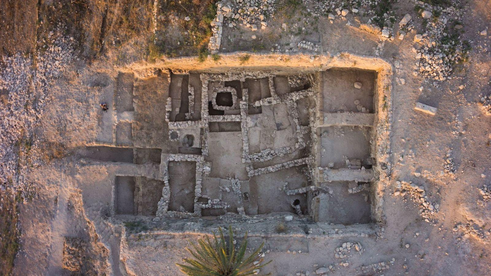 Tel Megiddo foi uma importante cidade-estado cananeia durante a Idade do Bronze, o período compreendido entre ...