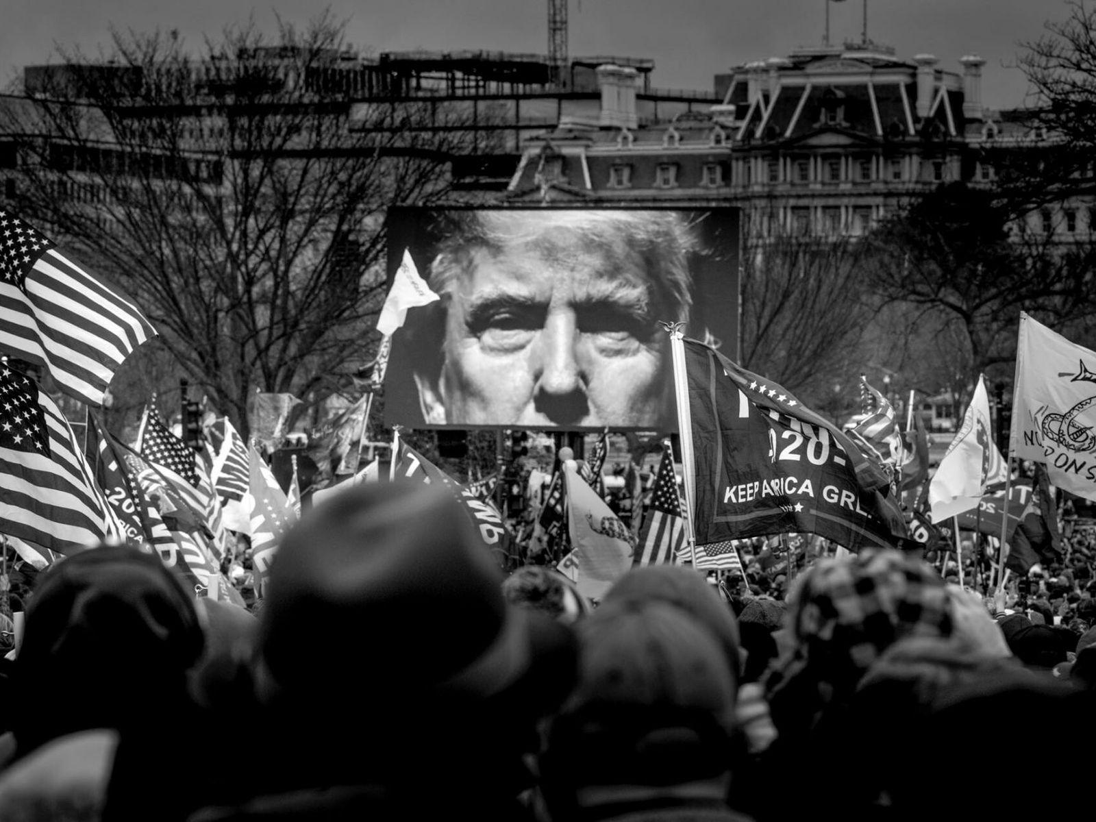 A foto do presidente Trump aparece em um telão no comício realizado em frente a Casa ...