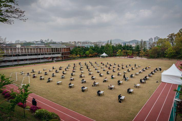 Seguindo a recomendação do governo sul-coreano, instituições públicas e privadas realizaram provas respeitando o distanciamento social. ...