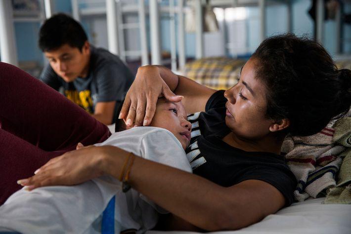 Patrícia Flores consola seu filho em um abrigo na cidade fronteiriça de Reynosa, no México, depois ...