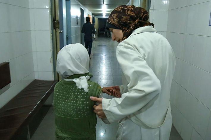 """Ballour acompanha uma jovem ao interior do hospital. """"Há crianças que não consigo esquecer"""", diz ela. ..."""