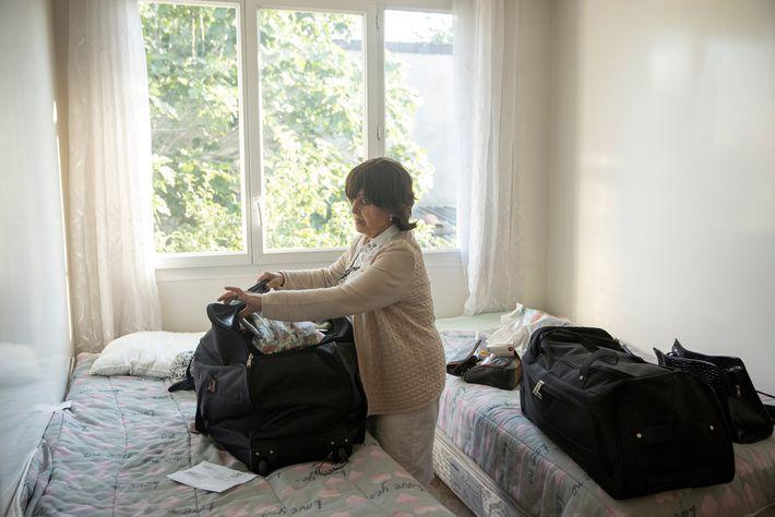 Esther Elfersi termina de arrumar as malas para a viagem na manhã seguinte.