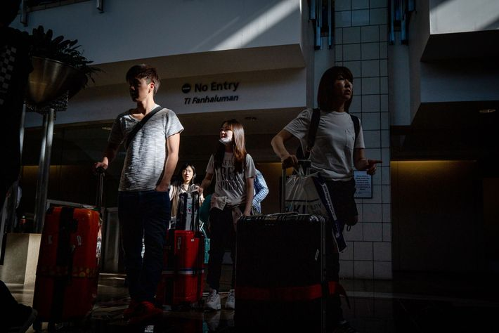 Em um dia comum, 45 voos entram e saem de Guam. Os primeiros turistas chegaram do ...